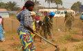 Casques bleus et jeunes ensemble pour nettoyer le 5e arrondissement de Bangui
