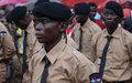 De nouveaux gardes pénitentiaires centrafricains présentent le drapeau national